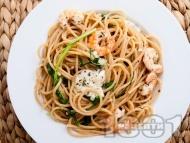 Пълнозърнести спагети със скариди, моцарела и босилек